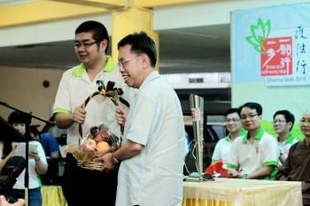 青年团团长同时也是筹委会主席颁发纪念品给主宾