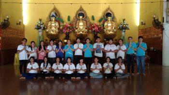 与会者与诗巫佛教会青年团一同合影于大雄宝殿